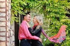 Los adolescentes jovenes preciosos de los pares en amor, se besan al aire libre Imagen de archivo libre de regalías