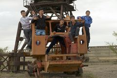 Los adolescentes juegan en el equipo abandonado del puerto marítimo en Aralsk, Kazajistán Imagenes de archivo