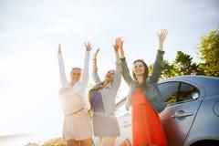 Los adolescentes o las mujeres felices acercan al coche en la playa Fotografía de archivo libre de regalías