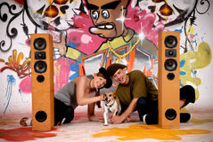 Los adolescentes persiguen la pintada urbana Imagen de archivo