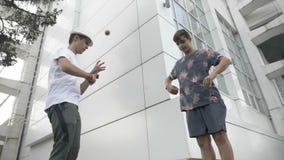 Los adolescentes que hacen girar kendama juegan el entrenamiento para el concepto de la cámara lenta de la competencia - almacen de metraje de vídeo