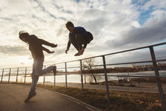 Los adolescentes que saltan la motivación del parkour Imágenes de archivo libres de regalías