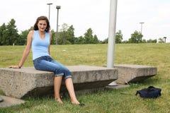 Los adolescentes se sientan afuera Foto de archivo libre de regalías