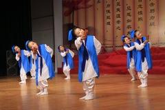 Los adolescentes se vistieron en funcionamiento antiguo de la danza de los trajes Imagen de archivo libre de regalías