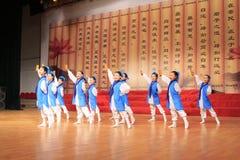 Los adolescentes se vistieron en funcionamiento antiguo de la danza de los trajes Imágenes de archivo libres de regalías