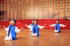 Los adolescentes se vistieron en funcionamiento antiguo de la danza de los trajes Imagenes de archivo