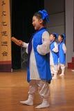Los adolescentes se vistieron en funcionamiento antiguo de la danza de los trajes Imagen de archivo