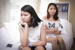 Los adolescentes tienen problemas debido a los cambios hormonales imagen de archivo