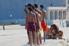 Los adolescentes toman el sol en el malecón de Malecon en La Habana, Cuba Imágenes de archivo libres de regalías