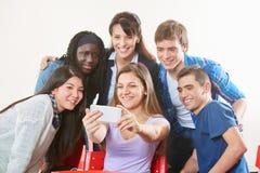 Los adolescentes toman un selfie con el profesor Fotografía de archivo