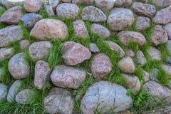 Los adoquines en la hierba contexto Foto de archivo