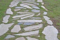 Los adoquines en la hierba contexto Fotografía de archivo