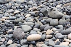 los adoquines en superficie en Reynisfjara varan en Vik Imagen de archivo