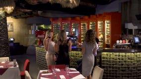Los adultos celebran evento especial en el café y tintinean los vidrios almacen de metraje de vídeo
