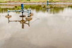 Los aeradores superficiales en las aguas residuales acumulan en el vertedero Imagenes de archivo