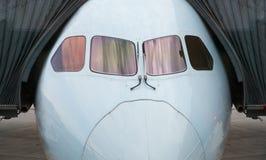 Los aeroplanos con dos mangas están pareciendo alguien están escuchando la música Fotografía de archivo libre de regalías