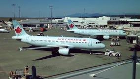 Los aeroplanos de Air Canada se preparan al vuelo en el aeropuerto de YVR almacen de metraje de vídeo