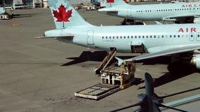 Los aeroplanos de Air Canada se sientan parqueado en el terminal del aeropuerto almacen de video