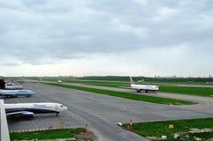 Los aeroplanos de diversas líneas aéreas internacionales en la pista del aeropuerto de Pulkovo en St Petersburg, Rusia Imagen de archivo libre de regalías