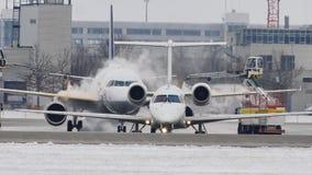 Los aeroplanos hacen cola en descongelan el cojín, descongelando, aeropuerto de Munich almacen de video