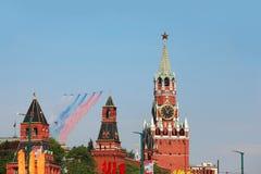 Los aeroplanos hacen la estela de vapor y vuelan sobre Plaza Roja Imágenes de archivo libres de regalías