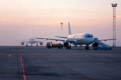 Los aeroplanos se cubren con niebla Imagen de archivo libre de regalías