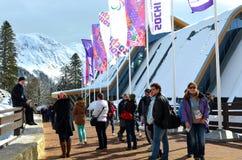 Los aficionados deportivos en la montaña se agrupan durante los juegos de XI Paralympic Imagenes de archivo