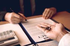 Los agentes caseros están distribuyendo llaves a los compradores de vivienda que están firmando contratos en la oficina imagen de archivo