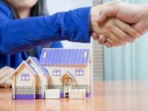 Los agentes de la propiedad inmobiliaria se unen a las manos con los compradores imagenes de archivo