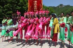 Los agentes realizan los zancos, China Imagenes de archivo