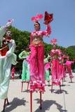 Los agentes realizan los zancos, China Fotografía de archivo