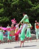 Los agentes realizan los zancos, China Fotos de archivo