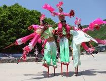 Los agentes realizan los zancos, China Imagen de archivo