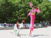 Los agentes realizan los zancos, China Fotografía de archivo libre de regalías
