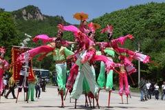 Los agentes realizan los zancos, China Foto de archivo libre de regalías