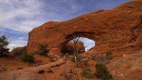 Los agujeros en las rocas en el parque nacional de los arcos almacen de video