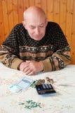 Los ahorros de la pensi?n pospuestos para una edad avanzada El pensionista con la pensi?n imagen de archivo