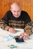 Los ahorros de la pensi?n pospuestos para una edad avanzada El pensionista con la pensi?n fotografía de archivo libre de regalías