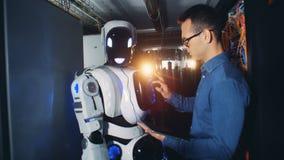 Los ajustes de un cyborg están consiguiendo regulados por un especialista de sexo masculino almacen de video