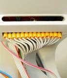 Los alambres blancos trenzados eléctricos conectaron con los conmutadores Imagen de archivo