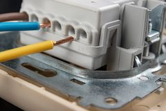 Los alambres eléctricos montaron a un mercado eléctrico Accesorios eléctricos instalados en la casa fotos de archivo