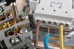 Los alambres eléctricos montaron a un mercado eléctrico Accesorios eléctricos instalados en la casa foto de archivo