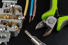 Los alambres eléctricos montaron a un mercado eléctrico Accesorios eléctricos instalados en la casa fotografía de archivo