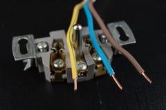 Los alambres eléctricos montaron a un mercado eléctrico Accesorios eléctricos instalados en la casa foto de archivo libre de regalías