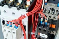 Los alambres eléctricos o los cables están conectados con los arrancadores o los contactores magnéticos fotos de archivo libres de regalías