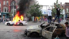 Los alborotadores saltan y fijan los coches policía en el fuego - HD 1080p almacen de video