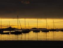 Los Alcazares, España El puerto durante una salida del sol asombrosa con la reflexión del sol en el agua fotografía de archivo