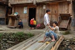 Los aldeanos en China tienen resto en la calle del pueblo, provincia de Guizhou Fotos de archivo