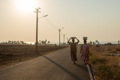 Los aldeanos llevan el agua en una parte remota de la India foto de archivo libre de regalías