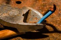 Los alicates diagonales usados oxidados cortaron el alambre están cercanos Fotografía de archivo libre de regalías